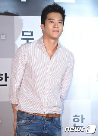 韓国俳優ハ・ソクジン(33)と女優ユン・ジュヒ(30)に誤った熱愛説が浮上し、注目を浴びている。