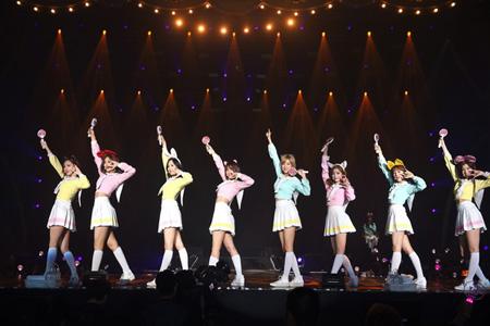 """韓国ガールズグループ「TWICE」が自身初の海外コンサートとなるタイ公演で、4000人の観客を熱狂させ""""旬のアイドル""""としての地位を証明した。"""