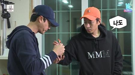 """韓国ボーイズグループ「SHINHWA」のエリックが、""""シェフ""""ぶりを発揮した。(提供:OSEN)"""