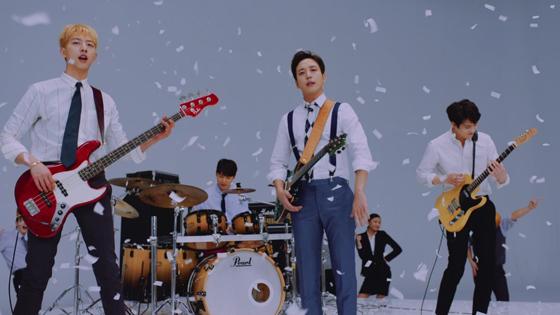 「CNBLUE」の5月10日発売となる11作目のニューシングル「SHAKE」(よみ:しぇいく)のミュージックビデオ(MV)フルバージョンが公開された。(オフィシャル)