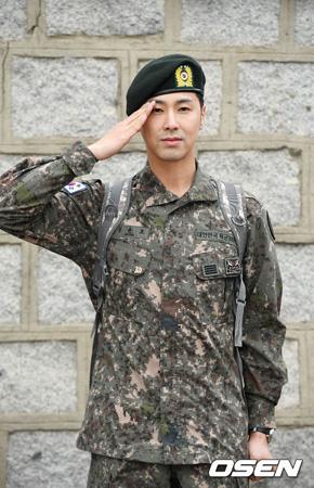 韓国アイドルグループ「東方神起」ユンホ(本名:チョン・ユンホ)が兵役を終え、除隊した。(提供:OSEN)
