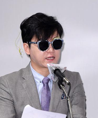 キム・ハクト、目に鉄串がささり失明危機に…ウェブ映画発表会で告白(提供:OSEN)