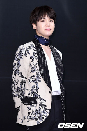 """グローバルな人気を誇る韓国アイドルグループ「防弾少年団」のメンバー、SUGA(24)がチャート1位により、""""プロデューシング・ドル(プロデュース力に長けたアイドル)""""としての能力を証明した。"""