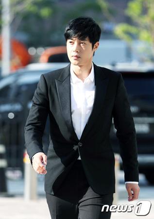 韓国俳優兼歌手のキム・ヒョンジュン(30)がファンに応援されながら、元交際相手の女性Aに対する名誉毀損裁判の証人として出廷した。(提供:news1)