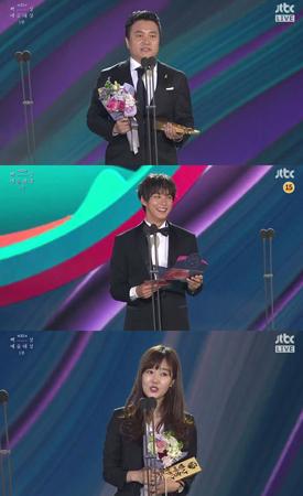 韓国俳優ユン・シユンが、授賞式で作品名を間違えて発表してしまうハプニングを起こした。(提供:OSEN)