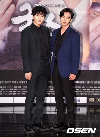 韓国ドラマ「君主-仮面の主人」のノ・ドチョルプロデューサーが俳優エル(25、キム・ミョンス)のキャスティング秘話を明かした。左がエル(INFINITE)。