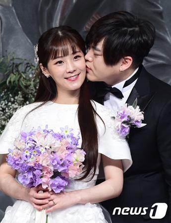 韓国歌手ムン・ヒジュン(39)-ソユル(25)夫妻に第一子となる女の子が誕生する。