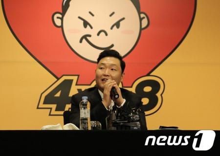 1年6か月ぶりに8thアルバムでカムバックした韓国歌手PSY(39)が日本のシンガーソングライター、ピコ太郎と共演した。