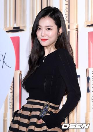 韓国の歌手兼女優ソルリ(23)がキム・ミンジュンディレクター(34)との熱愛を認めた。
