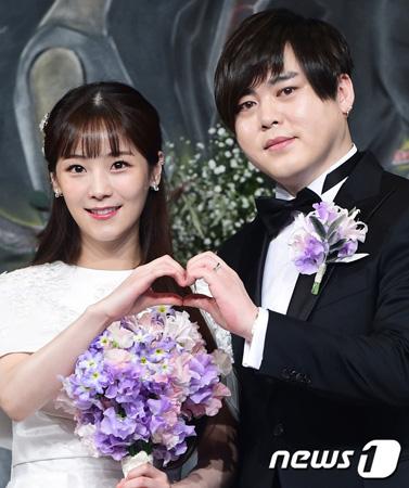 韓国の歌手兼タレント、ムン・ヒジュン(39)が妻で「CRAYON POP」のソユル(25)の婚前妊娠について「違う(授かり婚ではない)と言ったことはない」と述べた。