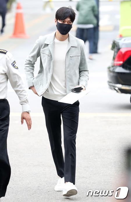 俳優イ・ミンホ、きょう(12日)入隊…特別な挨拶はなく江南区庁へ