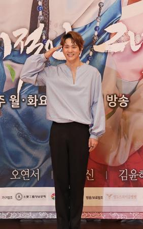 韓国俳優チュウォン(29)が入隊を控え、恋人BoA(30)を言及した。