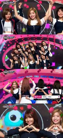 韓国ガールズグループ「TWICE」が、ついに新曲「SIGNAL」を番組で披露した。(提供:OSEN)