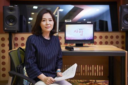 韓国MBCのドキュメンタリー番組「ヒューマンドキュ愛」のナレーションを担当した女優ハ・ヒラが、収録中にセウォル号事故で行方不明中の学生の遺体が確認されたという知らせを受けて涙を流した。(提供:OSEN)