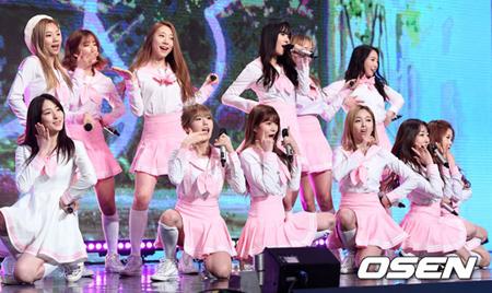 韓国ガールズグループ「宇宙少女」メンバーのヨルムが、初めてのコンサート開催のうれしさに涙を見せた。(提供:OSEN)