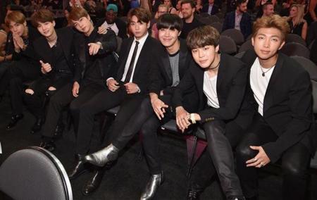 韓国ボーイズグループ「防弾少年団」が、「The 2017 Billboard Music Awards」でK-POPグループ初の受賞を手にした中、授賞式前のインタビューが公開された。(提供:OSEN)