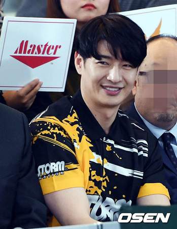 ソン・ホヨン、「EXO」CHANYEOL・BAEK HYUN所属の「芸能人ボウリング団」リーダーに抜てき(提供:OSEN)