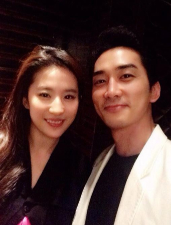 韓国俳優ソン・スンホンと交際中の中国女優リウ・イーフェイが、再び中国で破局説が流れた。しかし今回も事実ではないという。(提供:OSEN)