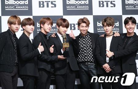 「2017 Billboard Music Awards」でK-POPグループ初の「Top Social Artist」賞を受賞した「防弾少年団」の関係者が「ビルボード側が防弾少年団の影響力をビートルズと比べていた」と明かした。