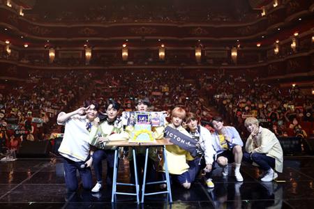 「VICTON」、デビュー200日記念の初ファンミも大盛況! 「ずっと一緒に」(提供:OSEN)