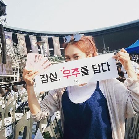 韓国歌手チェヨン(38)の後輩グループ「EXO」コンサートでのマナー違反に、非難が殺到している。(提供:news1)