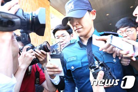 大麻を吸った容疑で起訴された韓国の人気アイドルグループ「BIGBANG」T.O.P(29、本名:チェ・スンヒョン)が、職位解除・帰宅措置を控えている中、今後の裁判過程に関心が集まっている。(提供:news1)