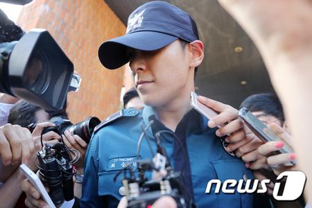 意識不明で発見されて病院に搬送された韓国ボーイズグループ「BIGBANG」T.O.Pが、意識を取り戻したと伝えられたが情報が錯綜中。(写真は5日江南警察署から出てきたT.O.P / 提供:news1)