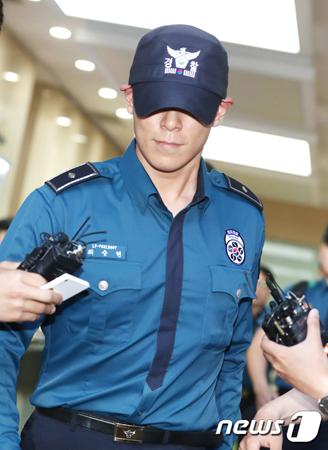 意識不明で発見された韓国ボーイズグループ「BIGBANG」メンバーのT.O.Pが搬送されたソウル・梨大木洞病院には取材陣やファンが詰めかけている。。(写真は5日江南警察署から出てきたT.O.P / 提供:news1)