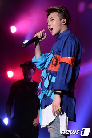 韓国ボーイズグループ「BIGBANG」メンバーのG-DRAGONのソロツアーのステージに女性ファンが乱入するというハプニングがあった。(提供:news1)