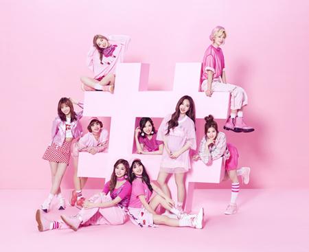 若者を中心に話題沸騰、そしてテレビやSNSでも大注目の「TWICE」、いよいよ6月28日(水)に日本デビューにしてベストアルバム「#TWICE」をリリースする。(オフィシャル)