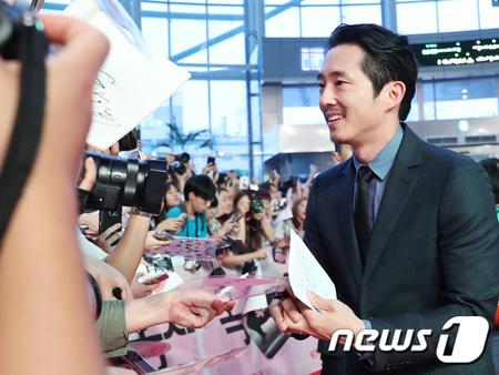 映画「オクジャ(Okja)」のレッドカーペットに登場した韓国系スティーブン・ヨン 「故郷に帰った気分、嬉しい」