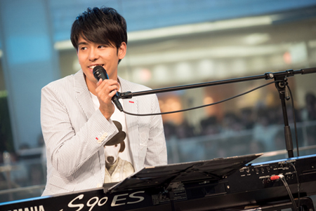 去る14日、韓国出身の歌手Kが東京・池袋サンシャイン噴水広場にて「桐箪笥のうた」発売記念イベントを開催した。(オフィシャル)