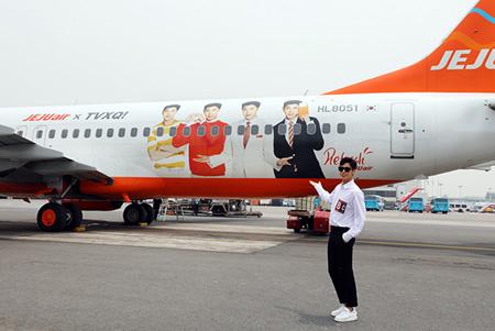 6月19日「東方神起」ユンホがSMエンタテインメントの済州ワークショップに行く前、自分の顔がラッピングされたチェジュ航空のラッピング機を背景に写真撮影をしている。