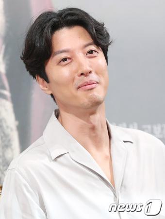 俳優イ・ドンゴン「妻チョ・ユンヒはドラマの忙しい撮影120%理解してくれる」(提供:news1)