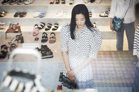 韓国女優チョン・ジヒョン(35)がショッピング中の姿を捉えられた。(提供:OSEN)