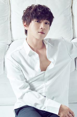 韓国歌手ファン・チヨル(34)の初ミニアルバム「Be ordinary」がオン・オフラインで人気を博している。(提供:OSEN)