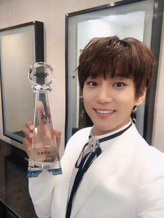 韓国歌手ファン・チヨルが、地上波の音楽番組で1位を獲得した。(提供:OSEN)