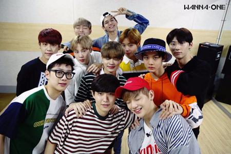 韓国アイドルグループ「Wanna One」をマネジメントするYMCエンターテインメントがサセンペン(過激な追っかけファン)に自制を求めた。(提供:OSEN)