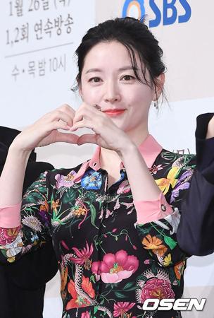 韓国女優イ・ヨンエは社団法人韓国アジア友好財団がおこなっている分かち合いファンディング「ACTing」に1億ウォン(約1千万円)を寄付した。(提供:OSEN)