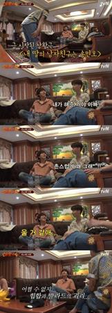 韓国ボーイズグループ「SUPER JUNIOR」のキュヒョンが、娘に変身した俳優アン・ジェヒョンとコントのような愉快な寸劇を見せた。(提供:OSEN)