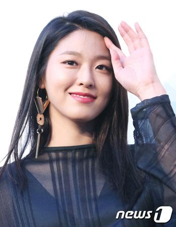 韓国ガールズグループ「AOA」ソリョン(22)がFNCと再契約を締結したとの報道が流れた。そんな中、事務所側は「論議する部分が残っている」と明らかにした。