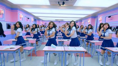 韓国Mnet「アイドル学校」の校歌映像が日本の有名飲料水CMと非常に酷似しているとの指摘を受け、Mnet側が「空間的な限界のために起こった必然的な類似性」と明らかにした。(提供:OSEN)