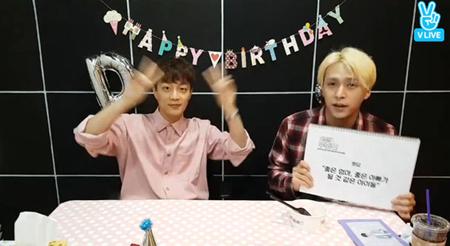 韓国ボーイズグループ「Highlight」のドゥジュンの誕生日のために、グループ内で一番の末っ子となるドンウンが、お祝いに駆け付けた。(提供:OSEN)