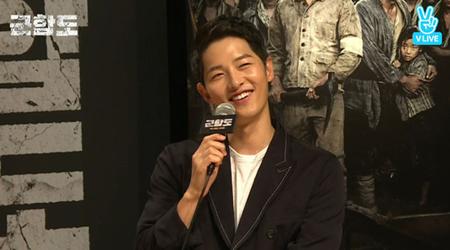 先日、韓国女優ソン・ヘギョとの結婚を発表した俳優ソン・ジュンギが、映画「軍艦島」のムービートークに出演した。(提供:OSEN)