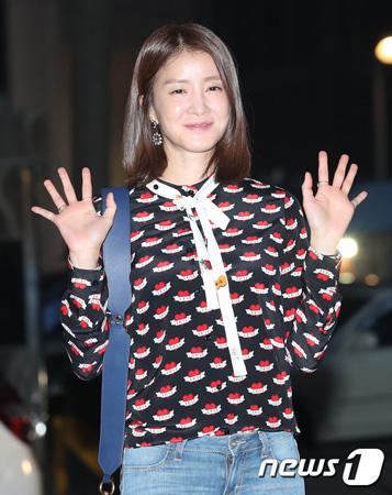 韓国女優イ・シヨン(35)が洋食業界の事業家と結婚を前提に熱愛中だ。