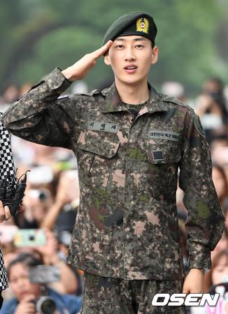 韓国ボーイズグループ「SUPER JUNIOR」メンバーのウニョク(31)が軍服務を終え、バラエティー番組「ラジオスター」のスペシャルMCとしてテレビ番組に復帰する。(提供:OSEN)