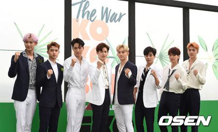 韓国アイドルグループ「EXO」が音源チャート1位、iTunes 37カ国で1位、予約注文80万枚突破など相次ぐ記録に感謝の意を伝えた。(提供:OSEN)