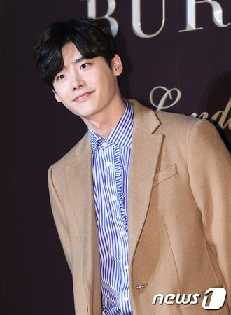 韓国俳優イ・ジョンソク(27)が映画「魔女」(パク・フンジョン監督)の出演を見送っていたことが分かった