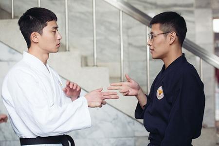 """マスコミ試写会で好評を得た韓国映画「青年警察」が、今月29日にファンと特別な時間を過ごす""""劇場アタック""""イベントを開催する。(提供:OSEN)"""
