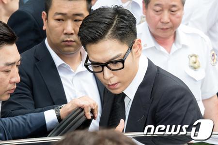 大麻吸引の容疑で在宅起訴され、執行猶予の判決を受けた韓国ボーイズグループ「BIGBANG」メンバーのT.O.P(29)の1審刑が確定したことにより、T.O.Pに対して義務警察への復帰命令が下された。(提供:news1)